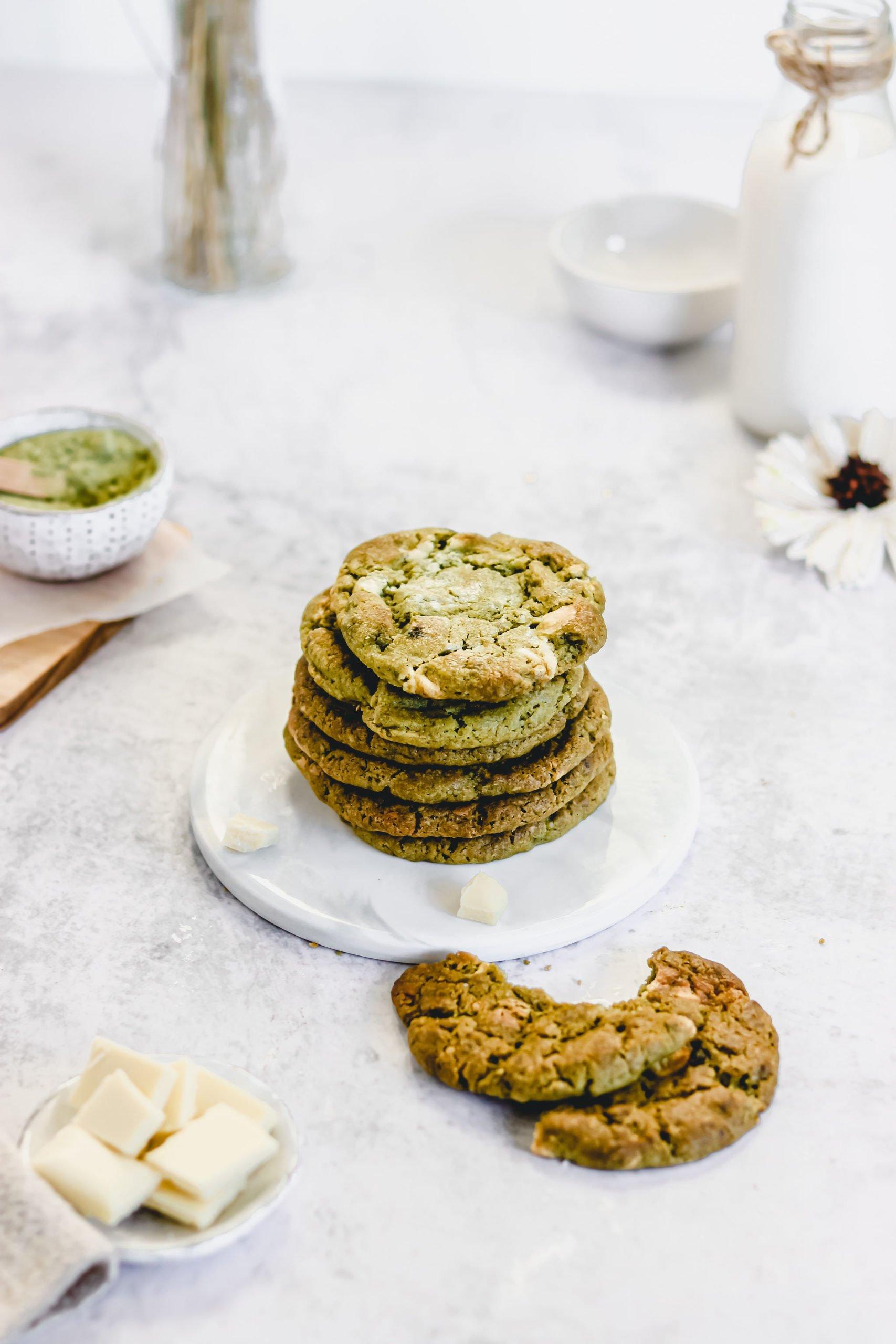 Vegane Matcha-Cookies mit weißen Schokoladenstückchen