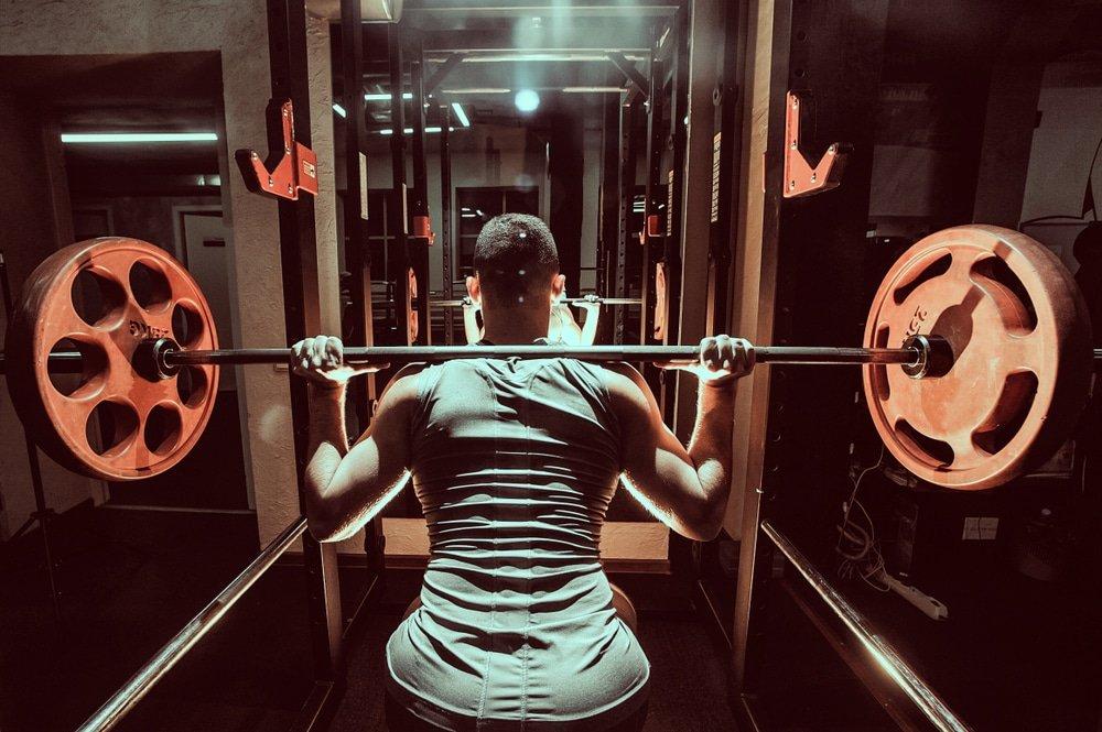 Cómo hacer un back squat ó sentadilla con pesas