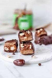 Barritas Veganas Rellenas de Galletas de Caramelo y Mantequilla de Cacahuete